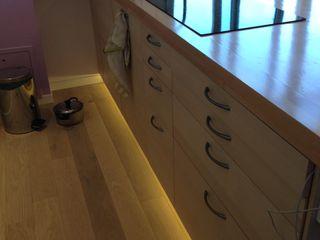 Rénovation et aménagement d'un appartement de 65 m². Agence VOLUMES & SURFACES Cuisine moderne Beige