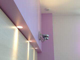 Rénovation et aménagement d'un appartement de 65 m². Agence VOLUMES & SURFACES Cuisine moderne Violet
