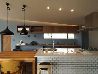近藤晃弘建築都市設計事務所 Cocinas de estilo escandinavo Azulejos Blanco