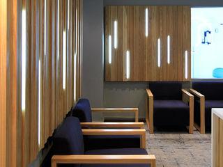 Black Canvas Architectural Interiors Hospitales de estilo minimalista