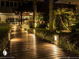 iost Arquitetura e Interiores Pasillos, vestíbulos y escaleras tropicales Madera Acabado en madera