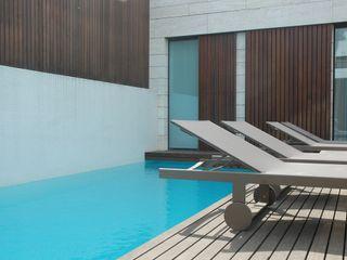 Moradia de Luxo - Decoração de Interior MOYO Concept Piscinas de jardim Madeira Castanho