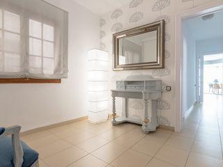 eM diseño de interiores Modern Corridor, Hallway and Staircase