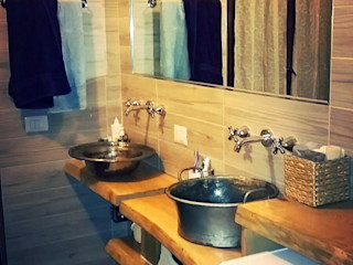 Restyling di un bagno Dilegno InLegno Bagno in stile rustico Legno Marrone