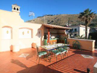 Casa con piscina. Imperatore Architetti Balcone, Veranda & Terrazza in stile classico