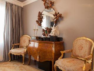 RK Arquitetura & Design Living roomCupboards & sideboards Engineered Wood Amber/Gold