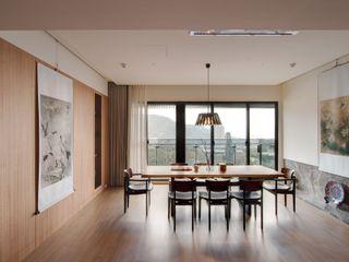 直方設計有限公司 Sala da pranzo in stile asiatico Legno massello Beige