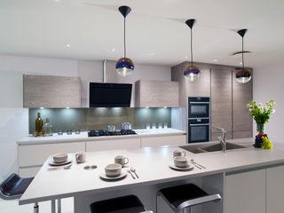 Cashmere Supermatt & French Grey Veneer Urban Myth 現代廚房設計點子、靈感&圖片 Brown