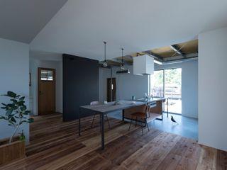 ALTS DESIGN OFFICE Столовая комната в стиле лофт Дерево Эффект древесины