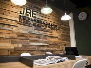 民間司法改革基金會台中辦公室 JRF, Taichung LO 理絲室內設計有限公司 Ris Interior Design Co., Ltd. 牆壁與地板牆壁裝飾 Wood effect