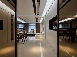 築一國際室內裝修有限公司 Коридор, прихожая и лестница в классическом стиле