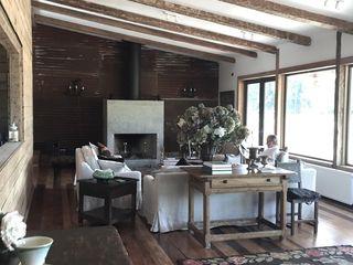 Diseño de Casa Las Delicias en Frutillar por RENOarq RENOarq Livings de estilo rústico Madera Acabado en madera