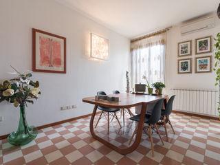 La casa in piazza B+P architetti Studio in stile industriale