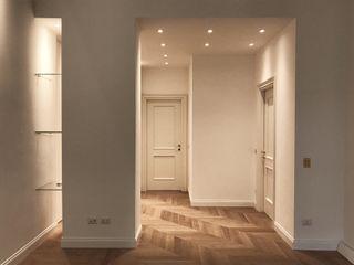 PROGETTO RISTRUTTURAZIONE APPARTAMENTO IN MILANO Cozzi Arch. Mauro Ingresso, Corridoio & Scale in stile classico