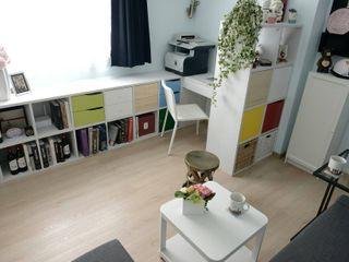 照片中為客廳區,上方的區域為男主人的工作與閱讀區,下方為沙發休息區。 大觀創境空間設計事務所 اتاق نشیمن