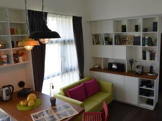 設計師為業主設計組合排列的專屬系統櫃家具,活潑多樣的櫃子,為空間增添多變組合的收納可能也更具質感。 大觀創境空間設計事務所 现代客厅設計點子、靈感 & 圖片
