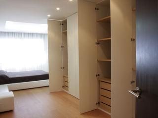 Apartamento ADAM ATYCO Vestidores de estilo minimalista