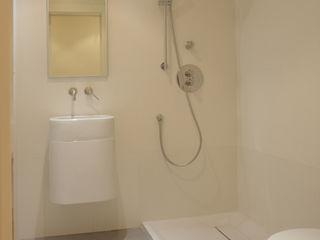 Apartamento ADAM ATYCO Baños de estilo minimalista