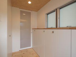 アトリエ スピノザ Modern corridor, hallway & stairs Wood Yellow
