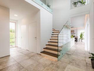 Schlichte und klare Linien mit edlem Charakter Horst Steiner Innenarchitektur Moderner Flur, Diele & Treppenhaus