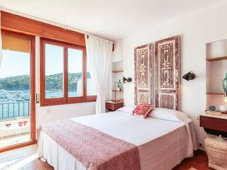 Master bedroom Markham Stagers 地中海スタイルの 寝室