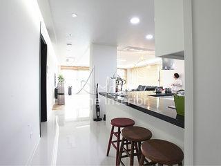 디자인 아버 Modern Corridor, Hallway and Staircase White