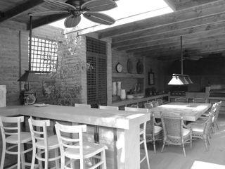 Diseño y Construcción de Quincho en La Dehesa por RENOarq RENOarq Balcones y terrazas rústicos