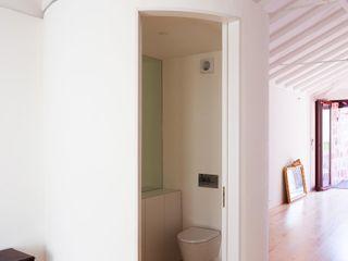 Caldeireiros Houses Clínica de Arquitectura Minimalist Banyo Ahşap Beyaz