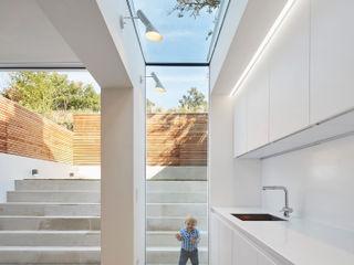 Casa del Sol Sophie Nguyen Architects Ltd Modern Kitchen Glass White