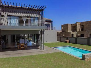 Pool/Garden homify Modern Pool