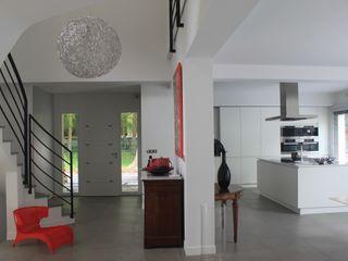 Maison contemporaine Chantilly h(O)me attitudes by Sylvie Grimal Couloir, entrée, escaliersAccessoires & décorations Béton Blanc