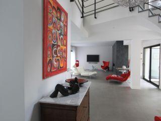 Maison contemporaine Chantilly h(O)me attitudes by Sylvie Grimal Couloir, entrée, escaliersAccessoires & décorations Fer / Acier Blanc