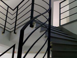 Maison contemporaine Chantilly h(O)me attitudes by Sylvie Grimal Couloir, entrée, escaliersEscaliers Béton Noir