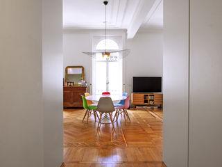 16VT_Ristrutturazione di un appartamento di pregio Chantal Forzatti architetto Ingresso, Corridoio & Scale in stile moderno Legno massello Bianco