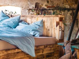 """Bett """"Anni"""" edictum - UNIKAT MOBILIAR SchlafzimmerBetten und Kopfteile Holz Mehrfarbig"""