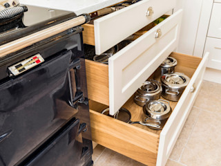 Drawer storage for pans next to Aga cooker John Gauld Photography Mutfak üniteleri Bej