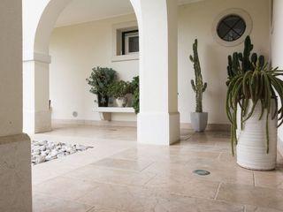 Viel Emozioine Pietra Mediterranean style balcony, porch & terrace Marble Beige