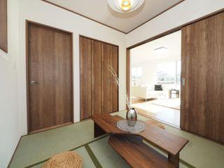 Live Sumai - アズ・コンストラクション - Modern style media rooms Wood Wood effect