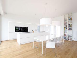 wir leben haus - Bauunternehmen in Bayern Modern kitchen White
