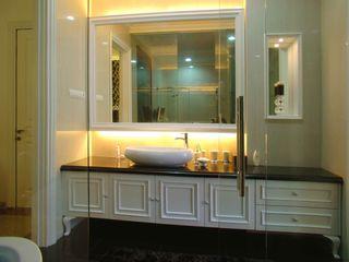 Mr Konggo master bedroom pakuwon indah Kottagaris interior design consultant Kamar Mandi Klasik
