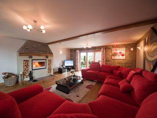 Beautiful living room Quatropi ltd 客廳沙發與扶手椅 亞麻織品 Red