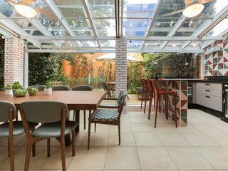 Maluf & Ferraz interiores Modern Terrace Multicolored