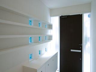 前田敦計画工房 Modern corridor, hallway & stairs