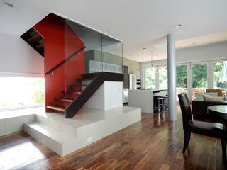 ARCHI-TEXTUAL, PLLC Ingresso, Corridoio & Scale in stile moderno Rosso