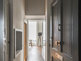 Bachelor Pad - Hyde Park Prestige Architects By Marco Braghiroli Classic style corridor, hallway and stairs