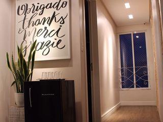 Opus Arquitetura e Urbanismo Modern corridor, hallway & stairs