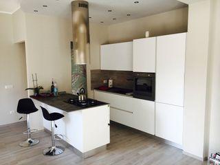 Cucina moderna con penisola cARTE di Andrea Giannozzi Cucina attrezzata Truciolato Bianco