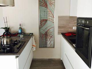 Cucina moderna con penisola cARTE di Andrea Giannozzi Cucina attrezzata Truciolato Variopinto
