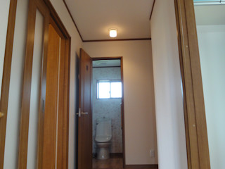 マルモコハウス Modern corridor, hallway & stairs