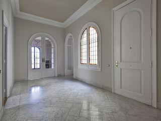 Reforma piso en el eixample barcelonés Isa de Luca Pasillos, vestíbulos y escaleras de estilo clásico